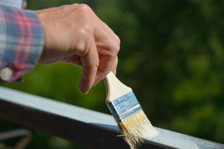 baranda para balcon: Hombre que pinta una barandilla en un balcón