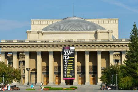 repertoire: Novosibirsk, Rusland - 25 augustus 2014: De mensen in de voorkant van de Novosibirsk Opera en Ballet Theater. Het