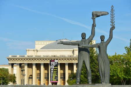 repertoire: Novosibirsk, Rusland - 25 augustus 2014: Fragment van het monument aan VI Lenin op het centrale plein. Multi-figuur samenstelling geopend in 1970, en is de federale beursgenoteerde als cultureel erfgoed