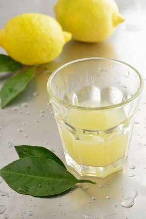 jus de citron: Jus de citron frais dans une tasse Banque d'images