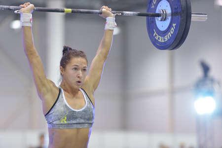competencia: Novosibirsk, Rusia - 16 noviembre 2014: atleta femenina no identificado durante la competici�n crossfit Internacional siberiano Showdown. La competencia incluye en el programa del festival Salud siberiana.