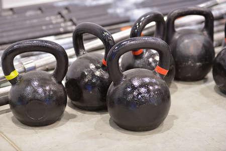 Set van Kettlebells in de sportschool Stockfoto