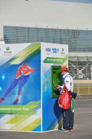 tarjeta visa: Sochi, Rusia - 12 de febrero 2014: Voluntariado en el cajero autom�tico en el parque ol�mpico durante los Juegos Ol�mpicos de Invierno. S�lo las tarjetas VISA fue aceptada en las sedes ol�mpicas Editorial