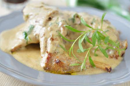 conejo: Conejo en salsa de crema agria con el estrag�n