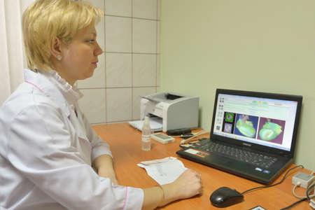 disease prevention: Novosibirsk, Rusia - 4 de diciembre 2014: El examen de coraz�n en el Centro de Salud. Los centros de salud son operados desde 2010 y dirigido a la prevenci�n de enfermedades