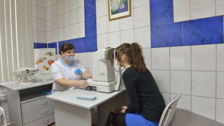 disease prevention: Novosibirsk, Rusia - 4 de diciembre 2014: Paciente en la oficina oftalm�logo del Centro de Salud. Los centros de salud son operados desde 2010 y dirigido a la prevenci�n de enfermedades Editorial