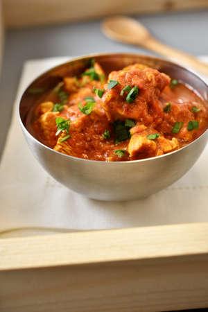chicken curry: H�hnchencurry in einer Metallschale