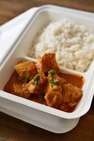 chicken curry: H�hnchencurry mit Reis in einem Einwegbeh�lter