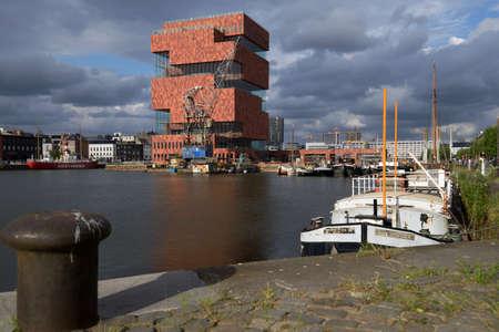 Antwerpen, België - 23 juni 2013: Schepen in het Bonapartedok en het gebouw van Museum aan de Stroom. Het museum aan de rivier werd geopend in mei 2011 en is het grootste museum in de stad
