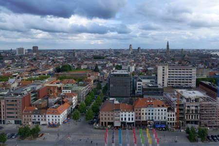 Antwerpen, België - 23 juni 2013: Cityscape gezien vanaf Museum aan de Stroom boulevard. Het museum aan de rivier werd geopend in mei 2011 en is het grootste museum in de stad