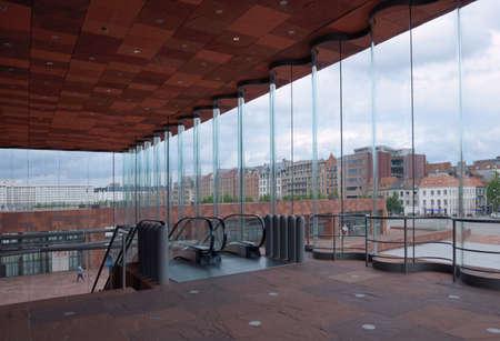 Antwerpen, België - 23 juni 2013: Zicht op Godefriduskaai vanuit de hal van Museum aan de Stroom. Het museum aan de rivier werd geopend in mei 2011 en is het grootste museum in de stad