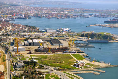 construction navale: Tuzla, Istanbul, Turquie - le 21 Mars, 2014: Vue a�rienne de chantiers navals en mer de Marmara. Cette zone de chantier a �t� fond�e en 1960 et environ 40 maisons entreprises de construction navale