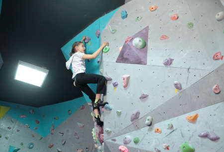 bouldering: Dnepropetrovsk, Ucraina - 11 APRILE 2015: La ragazza si allena durante la festa del boulder aperto Dnepr Montana Kids. Il festival organizzato dalla parete di arrampicata Montana e l'associazione locale degli sport estremi