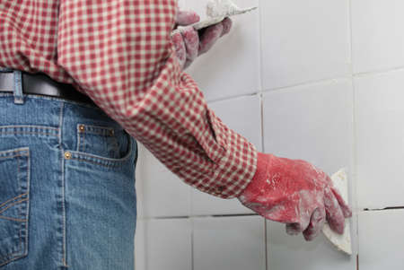 azulejos ceramicos: Contratista rejuntar baldosas cer�micas en una pared