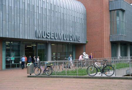 arte moderno: Colonia, Alemania - 30 de junio 2013: La gente en frente del Museo Ludwig. Surgi� en 1976 despu�s de que el magnate de chocolate Peter Ludwig dotado de 350 obras de arte moderno, el museo alberga una gran colecci�n de arte moderno