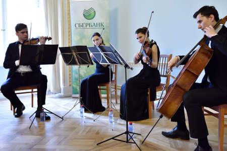 Pavlovsk St Petersburg Rusland 29 april 2015: Strijkkwartet speelt tijdens de ceremonie van de terugkeer van de marmeren vaas gestolen tijdens de Tweede Wereldoorlog aan de Staat MuseumReserve Pavlovsk Redactioneel