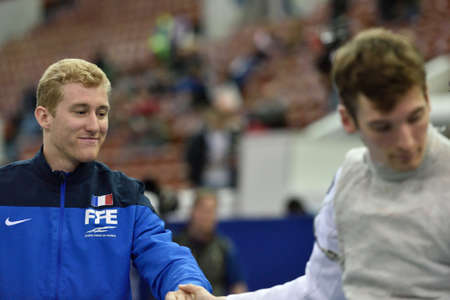 poign�es de main: Saint-P�tersbourg, Russie - 3 mai 2015: Julien Mertine de France des poign�es de main avec l'athl�te allemande apr�s que l'�quipe de quart de finale de la 41�me tournoi international d'escrime Fleuret Saint-P�tersbourg. Le tournoi est l'�tape de Coupe du Monde de la FIE