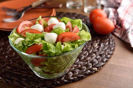 ensalada tomate: Mozzarella, tomate y ensalada de lechuga en un taz�n