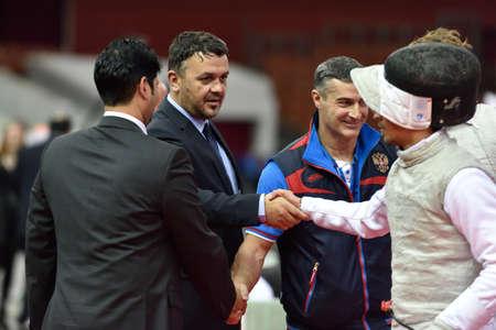 poign�es de main: Saint-P�tersbourg, Russie - 3 mai 2015: des poign�es de main de l'�quipe italienne avec des juges apr�s l'�quipe en demi-finale du 41�me tournoi international d'escrime Fleuret Saint-P�tersbourg. Le tournoi est l'�tape de Coupe du Monde de la FIE