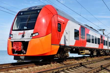 tren: Adler Sochi Rusia 17 de mayo 2015: Tren de alta velocidad Lastochka en un d�a de primavera. Producido por Siemens AG el tren puede alcanzar velocidades de hasta 160 kmh Editorial