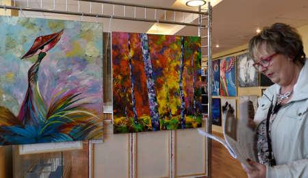 モダンアート: サンクトペテルブルク, ロシア連邦 - 2015 年 6 月 7 日: アーティスト アニー Galipot と塗装 (左) プロジェクト「世界の現代アーティスト」の最初の展覧会で彼女を。300 以上の絵画や彫刻は、コングレス ・ パレスの現代美術の中心で公開 報道画像
