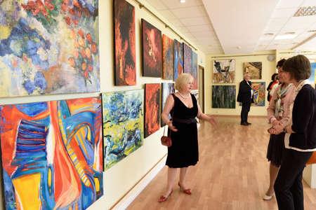 モダンアート: サンクトペテルブルク, ロシア連邦 - 2015 年 6 月 7 日: ヘッド部の展覧会スヴェトラーナ yanchenko-会談観客プロジェクト「世界の現代アーティスト」の最初の展覧会で。300 以上の絵画や彫刻の現代美術の中心で公開