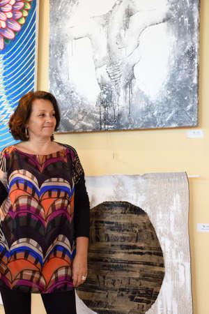 モダンアート: サンクトペテルブルク, ロシア連邦 - 2015 年 6 月 7 日: アーティスト ミラベルとプロジェクト「世界の現代アーティスト」の最初の展覧会で彼女の絵 (上)。300 以上の絵画や彫刻は、コングレス ・ パレスの現代美術の中心で公開 報道画像