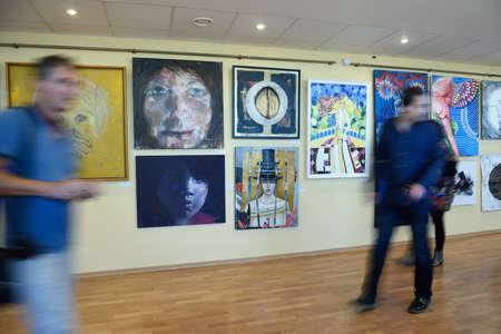 """modern art: San Petersburgo, Rusia - 7 de junio de 2015: La gente en la primera exposici�n del proyecto """"Los artistas modernos del mundo"""". M�s de 300 pinturas y esculturas expuestas en el Centro de arte moderno del Palacio de Congresos"""