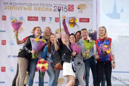 eights: San Petersburgo, Rusia - 12 de junio de 2015: Los ganadores de las competiciones de remo de barrido en el barco ochos durante la ceremonia de la medalla de oro Hojas Regata. Est� es una de las regatas m�s conocido en Rusia