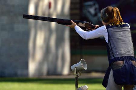 St. Petersburg, Rusland - 4 augustus 2015: Unidentified vrouwelijke atleet met shotgun tijdens de Russische kampioenschappen in val schieten. Leden van het nationale team van Rusland zullen na de wedstrijden worden bepaald Redactioneel