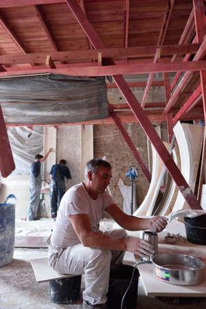 Russian palace: San Petersburgo, Rusia - 13 de agosto 2015: Los trabajadores durante la restauraci�n de los interiores del Palacio de M�rmol. Construido en 1768-1785 por el dise�o de Antonio Rinaldi, ahora el palacio es el departamento del Museo Ruso