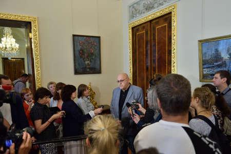 palacio ruso: San Petersburgo, Rusia - 13 de agosto 2015: Subdirector del Museo Ruso para la construcción de capital y restauración Vladimir Bazhenov hablan con la prensa durante la inauguración de interiores restaurados del Palacio de Mármol