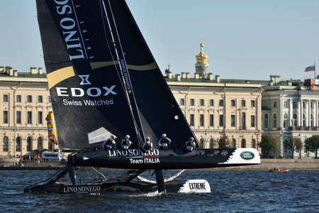 italia: St. Petersburg, Russia - August 21, 2015: Catamaran of Lino Sonego Team Italia of Italy during the 2nd day of St. Petersburg stage of Extreme Sailing Series. Red Bull Sailing Team of Austria leading after the 1st day