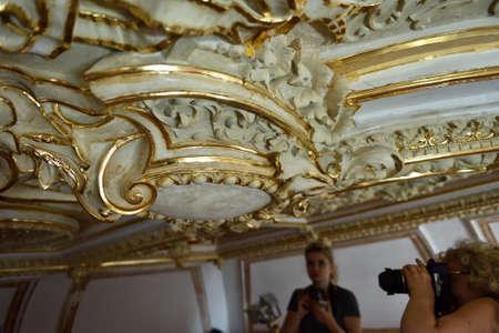 Russian palace: San Petersburgo, Rusia - 13 de agosto 2015: Los periodistas hacen fotos de los interiores restaurados del Palacio de M�rmol. Construido en 1768-1785 por el dise�o de Antonio Rinaldi, ahora el palacio es el departamento del Museo Ruso Editorial