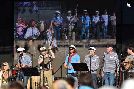 coro: San Petersburgo, Rusia - 15 de agosto de 2015: Shanti coro del velero Mir participa en el festival de Mar de M�sica durante el festival mar�timo internacional. El festival es el evento principal de la Semana de Vela Gran San Petersburgo
