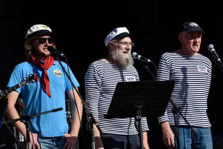 coro: San Petersburgo, Rusia - 15 de agosto de 2015: Shanti coro del velero Mir participa en el festival de Mar de Música durante el festival marítimo internacional. El festival es el evento principal de la Semana de Vela Gran San Petersburgo