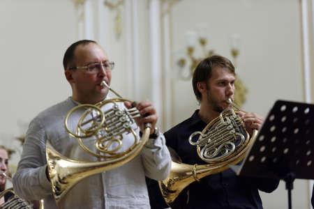 """coro: San Petersburgo, Rusia - 07 de septiembre 2015: Los músicos de """"Coro de trompas"""" en el ensayo durante el festival Internacional de corno francés. El hornfest se mantiene tercera vez"""