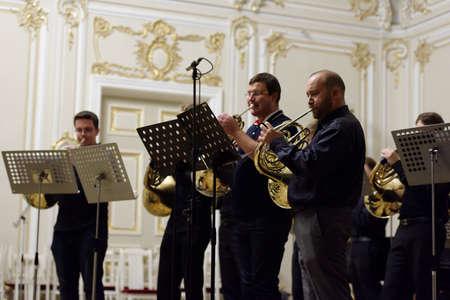 """coro: San Petersburgo, Rusia - 07 de septiembre 2015: Los m�sicos de """"Coro de trompas"""" en el ensayo durante el festival Internacional de corno franc�s. El hornfest se mantiene tercera vez"""