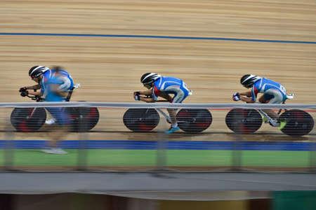 ciclismo: San Petersburgo, Rusia - 11 de agosto 2015: los corredores no identificados competir en la carrera de equipo durante el campeonato ruso de ciclismo en pista. Velódromo Lokosphinx acoge las competiciones