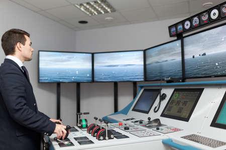 ejercicios: San Petersburgo, Rusia - 22 de septiembre 2015: simulador de Marina en el centro de entrenamiento de navegaci�n de hielo del centro de investigaci�n estatal Krylov. Los nuevos programas de formaci�n responden a las �ltimas exigencias del Convenio Internacional STCW