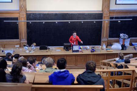 magnetismo: San Pietroburgo, Russia - 19 settembre 2015: La gente che guarda esposizione fisica dell'elettricit� e del magnetismo nella Grande Auditorium fisica di Pietro il Grande a San Pietroburgo Politecnico durante PolyFest. E 'l'Europa pi� grande festival universitario o