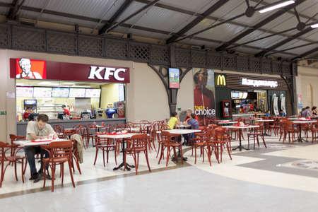 St. Petersburg, Rusland - 29 augustus 2015: Food court in het winkelcentrum Varshavsky Express. Het winkelcentrum is in 2006 in het voormalige gebouw van het treinstation Varshavsky gesticht