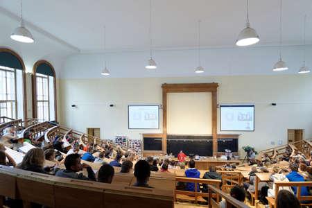 magnetismo: San Petersburgo, Rusia - 19 de septiembre 2015: La gente que mira la demostraci�n f�sica Electricidad y Magnetismo en el Auditorio F�sica grande de Pedro el Grande de la Universidad Polit�cnica de San Petersburgo durante PolyFest. Es la m�s grande de Europa festival de la universidad o