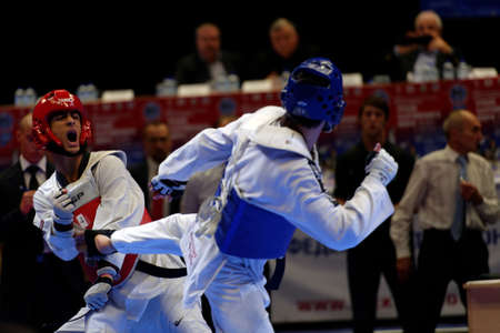 artes marciales: San Petersburgo, Rusia - 17 de octubre de 2015: Taekwondo WTF equipos juveniles coinciden Rusia vs Irán durante el festival de artes marciales Báltico Copa de mar en Sibur Arena. El tradicional festival está organizado por la escuela de artes marciales de Demid Momot Editorial