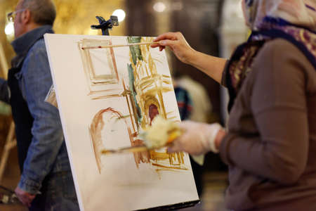 """pintor: Mosc�, Rusia - 27 de noviembre de 2015: Los pintores profesionales ayudan a los ni�os con talento de grandes familias obtienen su �ngel de la guarda durante la acci�n anual """"Angel Wings"""" en la catedral de Cristo Salvador"""