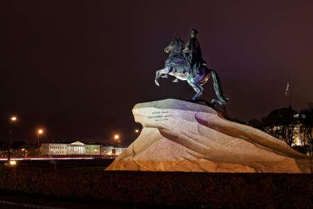 uomo a cavallo: San Pietroburgo, Russia - 23 Ottobre, 2015: Vista di notte del cavaliere di bronzo. La statua equestre di Pietro il Grande � stato creato da EM Falconet nel 1782