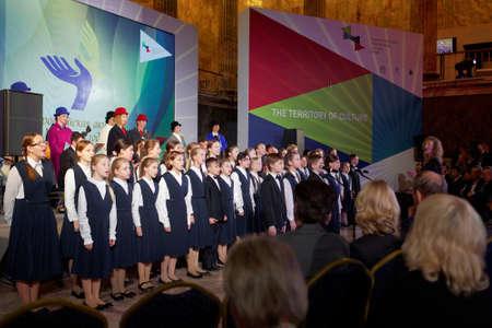coro: San Petersburgo, Rusia - 14 de diciembre de 2015: preforma coro infantil durante la entrega de premios Filántropo del Año en la 4ª San Petersburgo Foro Cultural Internacional