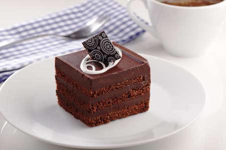 pastel de chocolate: pastel de chocolate y café en un vector