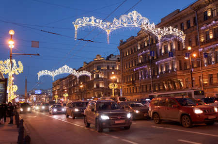 motivos navide�os: St. Petersburg, Russia - December 27, 2015: Traffic on the night Nevsky avenue decorated for Christmas and New Year celebrations. It is the main avenue of the city and one of the best-known streets in Russia Editorial