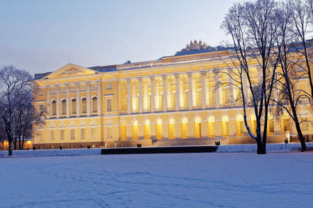 palacio ruso: San Petersburgo, Rusia - 08 de enero, 2016: Fachada norte del palacio Mijailovski. Construido en 1819-1825 por el diseño de Carlo Rossi, el palacio alberga el museo ruso desde 1895 Editorial